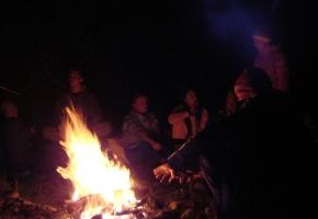 Огонь костра согревал прохладными летними вечерами