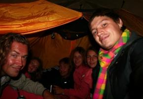 Чай в палатке во время дождя