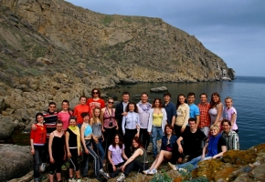 Участники семинара по  йоге Черниговского отделения Украинской Федерации Йоги на фоне мыса Меганом в Крыму.