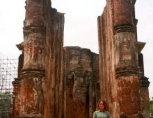 На фоне буддийского храма