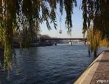 Париж. Сена. Вид на пешеходный мост влюбленных