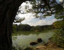 金閣寺に池 - Озеро у Золотого храма