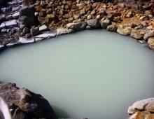 山の水に黒卵が料理ます。- черные яйца готовят в горной воде