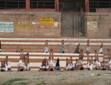 Индия. Варанаси. Утреннее занятие школы йоги. Випаритакарани (поза берёзки)