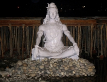 Белая статуя Шивы на берегу Ганги в центре йоги городке Ришикеш