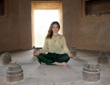 Йога медитация. Внутри буддийской ступы. Сарнатх. Инструктор Черниговского отделения УФЙ Левенец Наталия