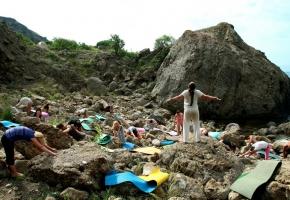 Занятия Хат-ха йога на камнях