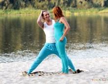 Йога на природе с партнером